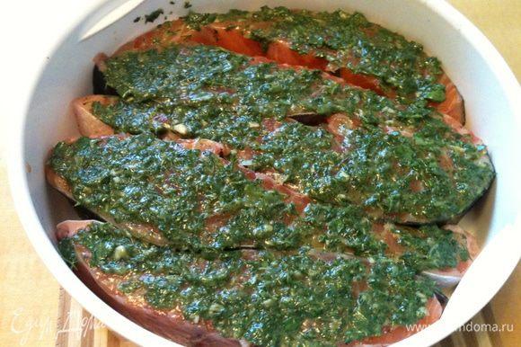 Семгу присолить совсем немного, поперчить, уложить в лоток пароварки от мультиварки, помазать зеленым соусом и поставить поверх картофеля. Режим ВЫПЕЧКА 20 минут.