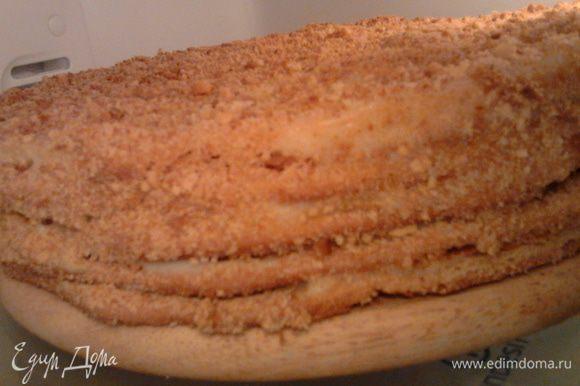 Дать остыть,затем смазать каждый корж,и посыпать сверху обрезками которые предварительно нужно покрошить,смазать остатками крема края торта и также посыпать .