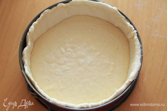 На дно формы с тестом вылить соус и выложить овощи ребром по спирали, утапливая их слегка в соусе.