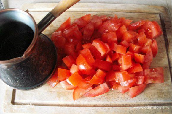 Кофе заливаем 250 мл воды и варим. Режем помидоры кубиками.