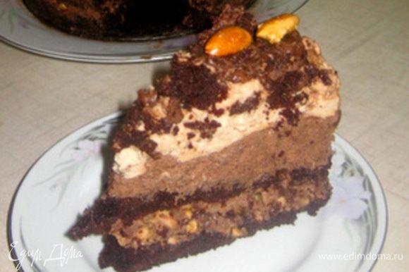 P.S. Извиняясь на внешний вид моего верхнего бисквита, я поспешила его разрезать и он поломался. Остальные кусочки были намного лучше, там бисквит не очень порвался. И также извиняюсь за отсутствие пошаговых фотографий, так как этот торт я пекла давно и тогда не делала пошаговые.