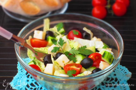 Соединить ингредиенты, заправить оливковым масло, сбрызнуть лимонным соком, посолить. Приятного аппетита:)