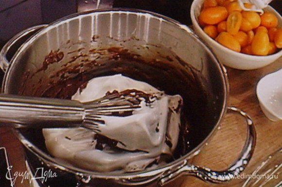 Взбитый белок поэтапно ввести в тесто.