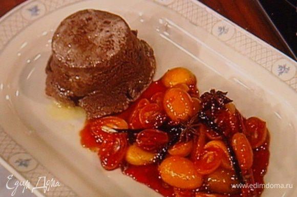 На блюдо выложить суфле и фруктовый гарнир,