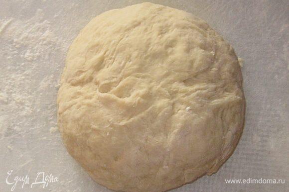 Выложить тесто на слегка присыпанную мукой поверхность. Обминать 5-7 минут с подсыпанием муки из стакана. Тесто должно быть крутым.