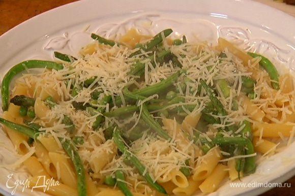 Готовые макароны выложить в сковороду с овощами, перемешать, затем переложить на тарелку, посыпать сыром и все еще раз перемешать.