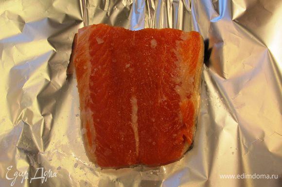 Засолим лосось. Для этого возьмем 300 г филе лосося с кожей, кладем его на лист фольги, посыпаем и обтираем морской солью (можно добавить сухой укроп или мелконарезанный свежий), заворачиваем в 2 слоя фольги, затем в пакетик для завтраков и убираем в холодильник на часов 12.