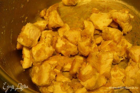 Куриное филе режем средне и обжариваем в кастрюле на растительном масле миут 5. Добавляем муку и карри и готовим еще пару минут.