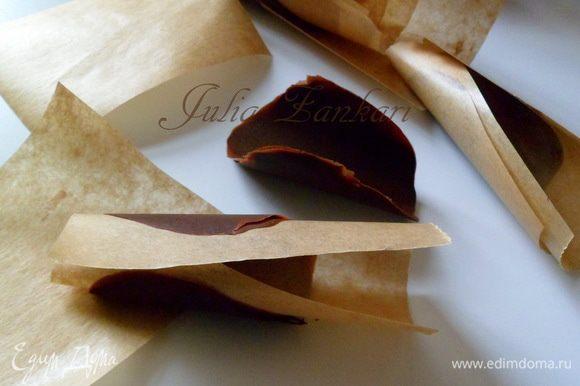 застывшие лепестки освобождаем от бумаги