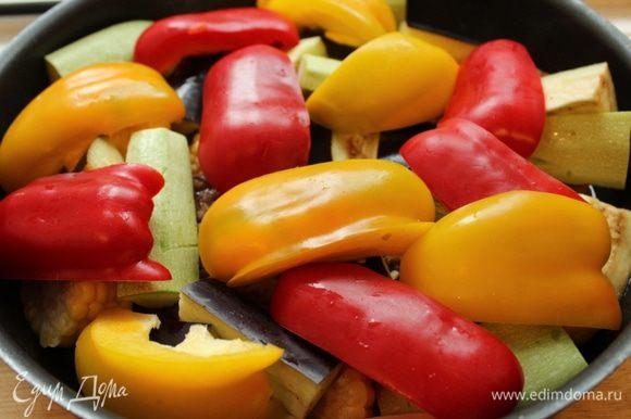 Сверху выложить овощи и тушить еще 15-20 минут. Посолить.