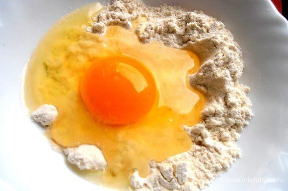 А пока будем делать клёцки... В муку с солью вбиваем яйцо.