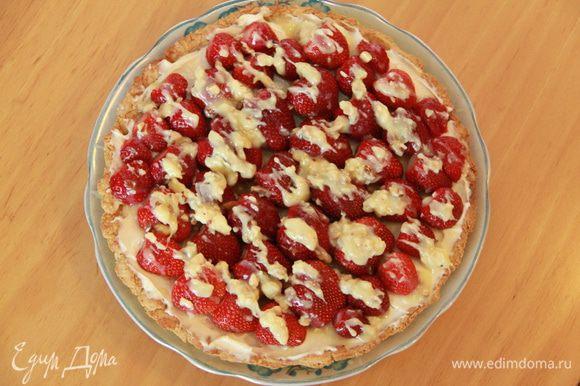Растопить шоколад и побрызгать клубнику. Нарезать пиццу ломтиками и подавать.