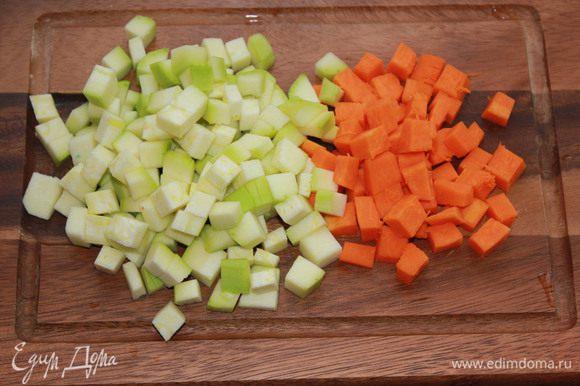 Цукини, лук, перец, тыкву вымыть. Из перца удалить сердцевину. Овощи нарезать маленькими кубиками.