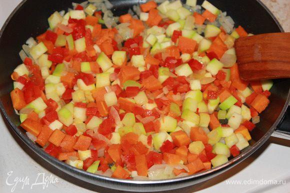 Обжаривать овощи в 2 столовых ложках разогретого растительного масла до готовности овощей.
