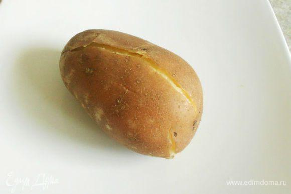 Картофель сварить в мундире.