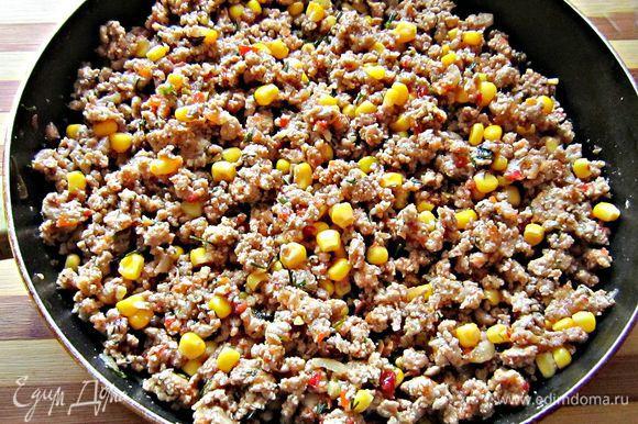 Добавляем кукурузу и перемешиваем фарш.