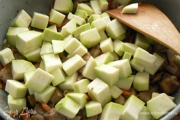 добавляем порезанный кубиками кабачок,тушим минут 15-20