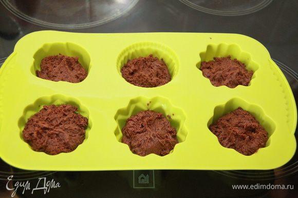 Выложить тесто в формочки или с помощью кондитерского мешка отсадить 16 холмиков. Выпекать при 160*С 15 минут. Готовые бисквиты остудить на решетке.