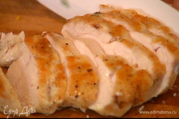 Обжаренные грудки переложить в форму для выпечки и отправить в разогретую духовку на 15 минут. Готовое куриное мясо порезать небольшими кусочками.