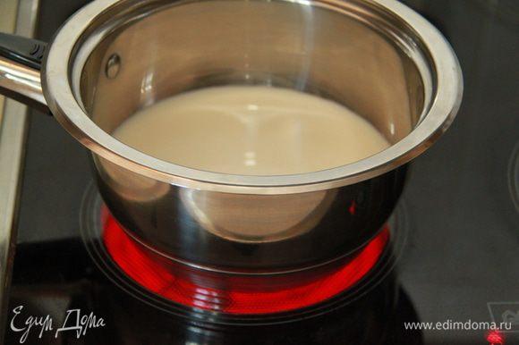 200 мл молока вскипятить в кастрюле с толстым дном.