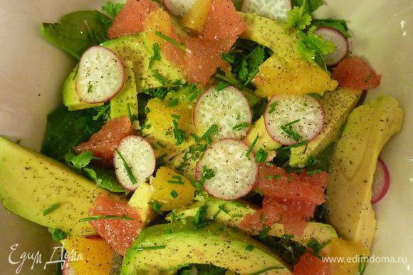 редис, цитрусовые и соком полить. Приправить маслом, присыпать зеленым луком, солью и перцем.