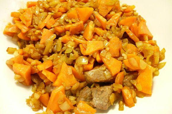 В сковороду,где обжаривалось мясо,выкладываем нарезанные лук и морковь и обжариваем их на небольшом огне до легкого золотистого цвета,добавляем чайную ложку молотой паприки и измельченный чеснок.Помешивая прогреть 2 минуты.Добавить к обжаренному мясу.