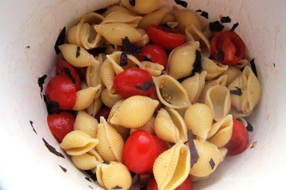 В миске смешиваем ракушки, помидорки и базилик, солим, перчим, добавляем немного оливкового масла.