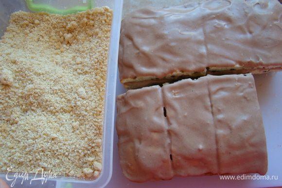 Прослаиваем наши пирожные кремом. Можно между слоями пересыпать молотыми орешками))