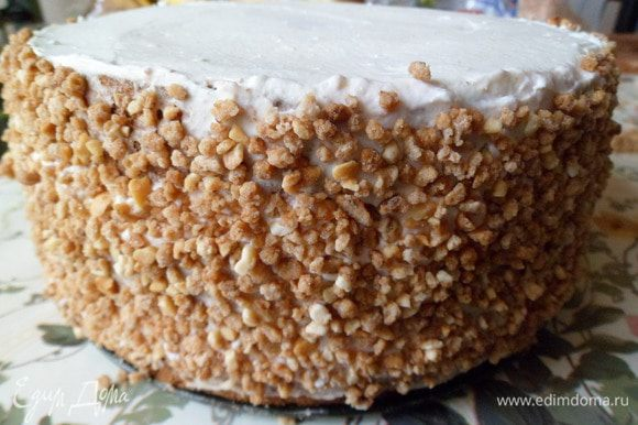 Бока торта украшаем фундуком.