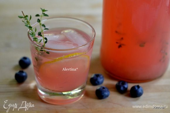 Перелить в кувшин или в свободную бутыль сироп ягодный, добавить свежий лимонный сок, холодную воду,веточки тимьяна. Поставить охлаждать в холодильник. Подаем с дольками лимона и льдом.