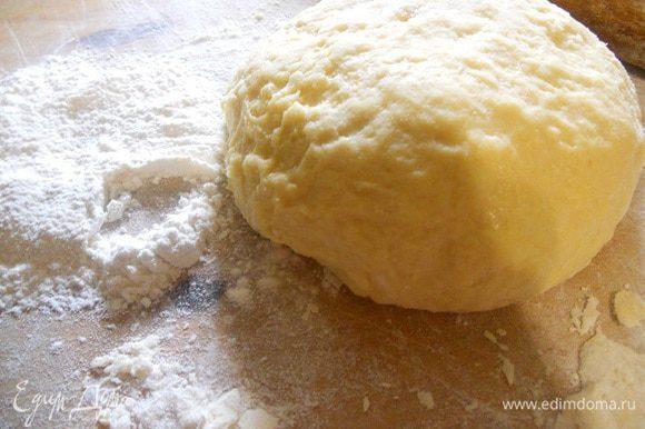 Дрожжи развести в молоке, добавить сахар и размешать, дать постоять им 10 минут. Затем вбить яйцо, посолить, добавить масло, перемешать хорошо. Добавить муку и замесить мягкое нежное тесто, дать ему подойти 1 час.