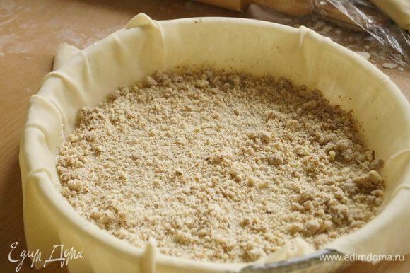 Форму для выпечки хорошо смазать малом, выложить 1-2 ст.л. миндальной начинки.