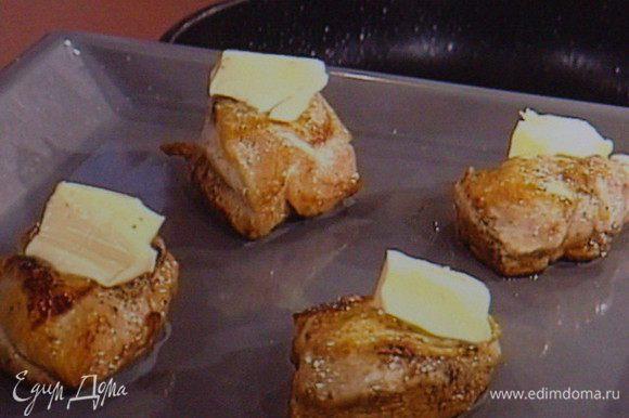 Переложить на противень. На каждый кусочек филе выложить немного масла и запечь в разогретой духовке при температуре 170° до готовности.