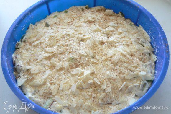 На ревень вылейте оставшееся тесто и разровняйте. Сверху посыпьте тростниковым сахаром , корицей и миндалем.