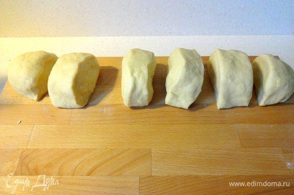 Когда тесто достигло нужной консистенции, сформировать из него колбаску. Разделить на 6 одинаковых частей.