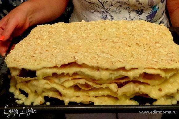 Коржи складывать друг на друга и промазывать кремом. Сохранившуюся крошку растолочь и обсыпать верх пирога. Оставить пирог на ночь для пропитки и усадки.