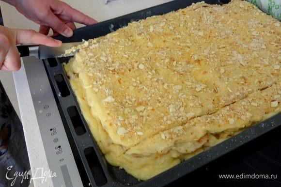 На следуюший день обрезать неровные краешки и разрезать пирог на порционные кусочки.