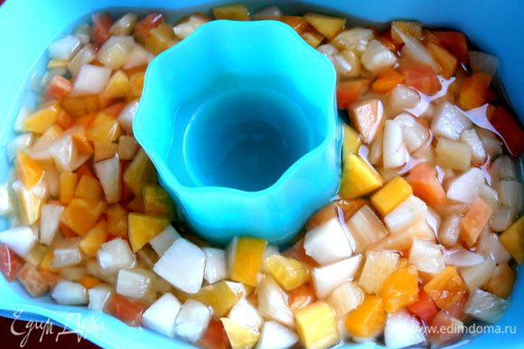 Отправляем форму в холодильник до застывания...Или в морозилку на полчаса,чтобы быстрее схватилось!