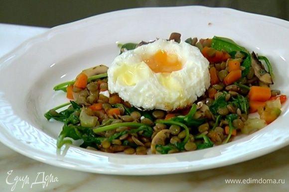 Разложить салат по тарелкам, в каждую добавить яйцо и подавать.