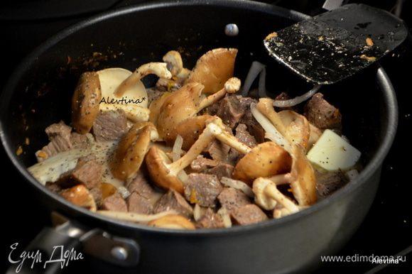 Затем говяжий бульон, сливки, сливочное масло. Перемешаем. Дадим немного прокипеть с открытой крышкой. Жидкость слегка убавится. Посолим и поперчим.