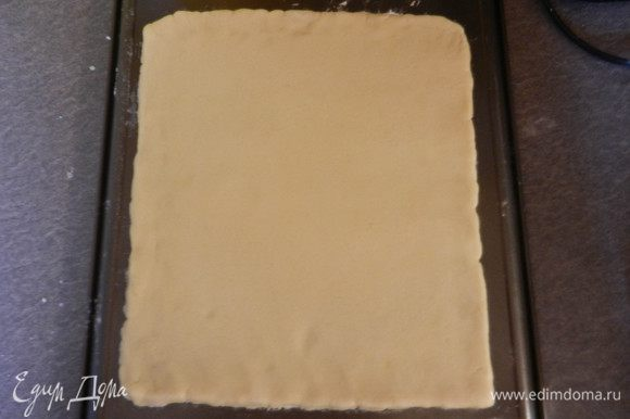 Песочное тесто разделить на 2 равных куска. Раскатать их в квадраты на силиконовом коврике (я раскатывала на обратной стороне листа), на котором потом и производить выпечку или на пергаменте. Посыпать мукой поверхность и раскатывать 2 квадрата толщиной где-то 7 мм. Выпекать в духовке при темп. 200 град. 20 минут. (Опять же поправка, у меня и темп. духовки была ниже, и коржи быстрее спеклись, просто следите за ними, т.к. время точное вам никто не скажет, все зависит от толщины раскатанного коржа).