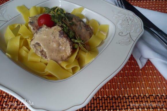 Выкладываем на тарелку лапшу, а сверху телятину и поливаем соусом. Приятного аппетита!