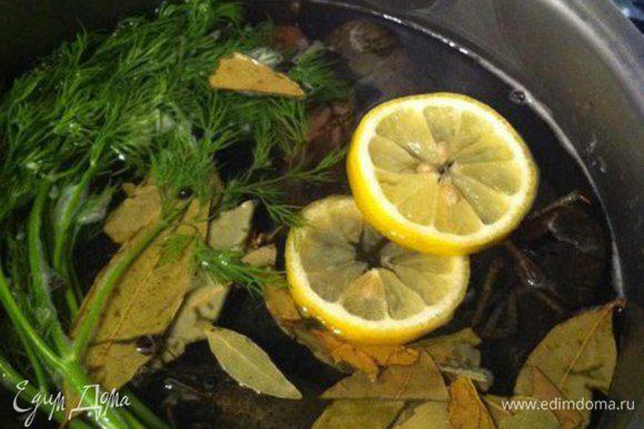 В кастрюлю с раками наливаем воду (чтобы раки были слегка покрыты водой) и добавляем все остальные ингредиенты (соль, перец, лавровый лист, лимон)