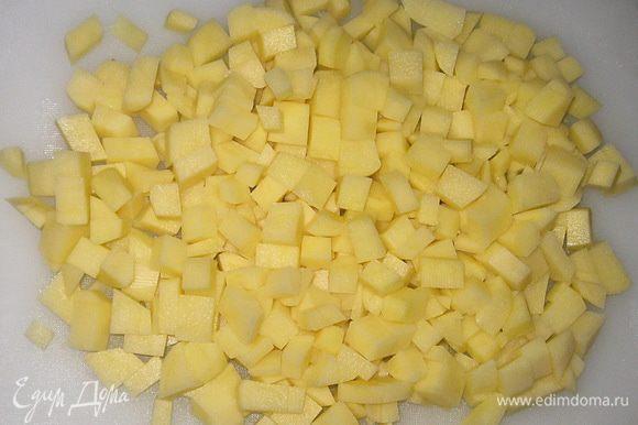Картошку нарезать кубиками.