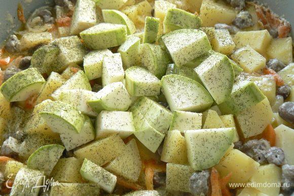 Влить сливки , смешанные с мукой и варить 5 минут: Заложить крупно нарезанные кабачки, посолить по вкусу и томить на небольшом огне еще минут 10. Заправить зеленью