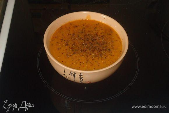 Берем помидоры и сверху делаем небольшие надрезы в виде крестика, потом кладем в кастрюлю и заливаем кипятком на 5 минут, затем снимаем кожицу и убираем семена.
