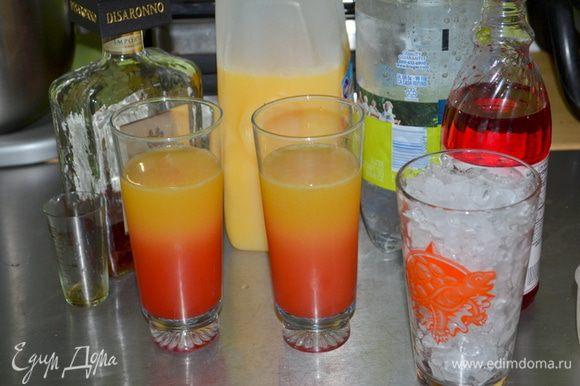 Приготовим высокие стаканы и все для коктейля. Для коктейля правильного сначала выкладываем лед, а затем Амаретто и апельсиновый сок,газированная вода и последним идет гренадин.