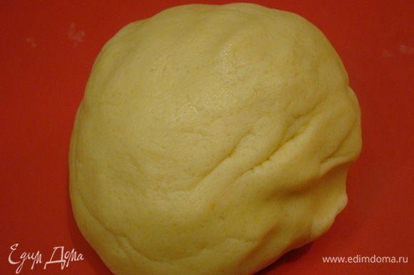 Добавляем соль, муку, замешиваем мягкое тесто, заворачиваем в пленку, убираем в холод на 15 минут