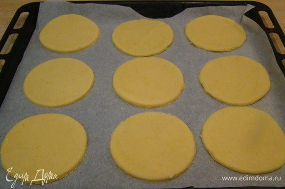 """Раскатываем тесто (не сильно тонко), вырезаем формочками, выкладываем на противень, ставим в холодильник, разогреваем духовку до 175""""С"""