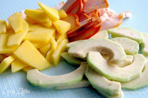 Куриное филе, авокадо и манго, нарезать тонкими ломтиками. Авокадо сбрызнуть лимонным соком, чтобы не потемнел.